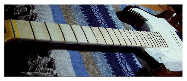 Coronado de Trastes: Encintar el Mástil de la Guitarra con Cinta de Carrocero para Proteger la Madera
