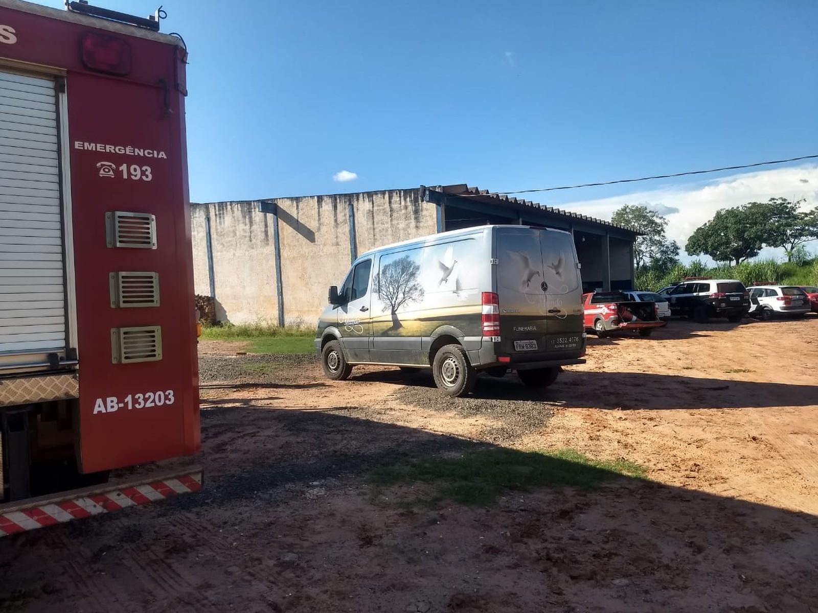 Homem morre ao cair em tanque de lavagem de couro em Novais