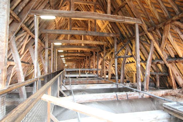 גג הקתדרלה, על התקרה שרואים מבפנים יש את תקרת העץ המשולשת