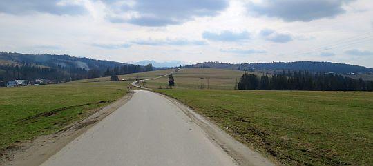 Droga wierchowa nad wsią Skrzypne.