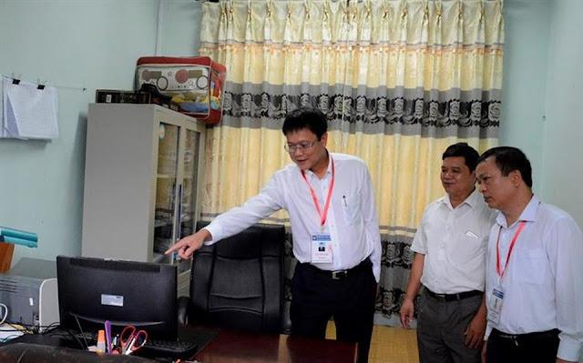 Thứ trưởng Lê Hải An kiểm tra hệ thống camera giám sát tại một điểm thi