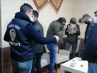 بالفيديو: لحظة اقتحام الشرطة لمقهى مخالف في اسنيورت