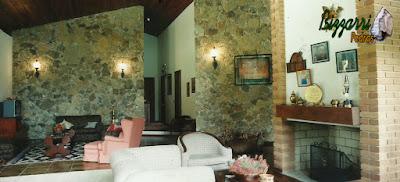 Revestimento de pedra na parede, com pedra moledo, em sala de estar em residência em sítio em Bragança Paulista-SP.
