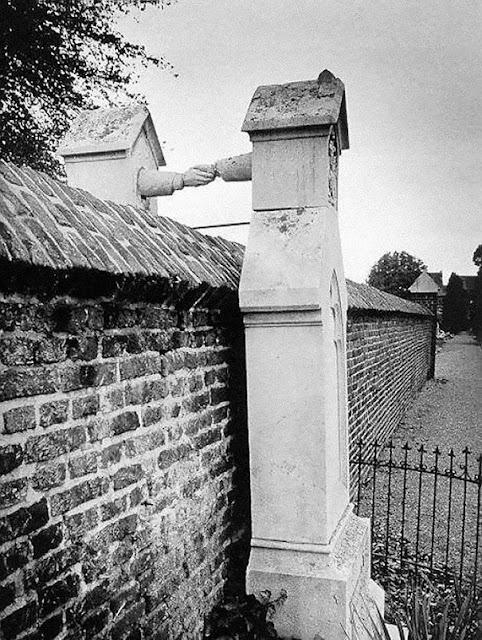 Las tumbas de un hombre protestante y su esposa católica separados por una pared, foto tomada en Holanda en el año 1888. Fotos insólitas que se han tomado. Fotos curiosas.