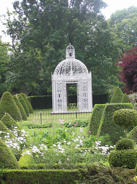 metalowa romantyczna altana, ogród formalny