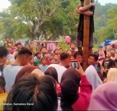 Panjat Pinang Meriahkan HUT RI Ke-76,Di Pantai Wisata Nagari Alai.