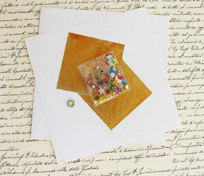 https://www.alittlemarket.com/materiel-pour-ecriture/fr_papier_a_lettre_original_la_lettre_precieuse_or_et_vert_n_2_papier_fleurs_sechees_bijou_perles_sequins_strass_dore_et_beige_-16803156.html