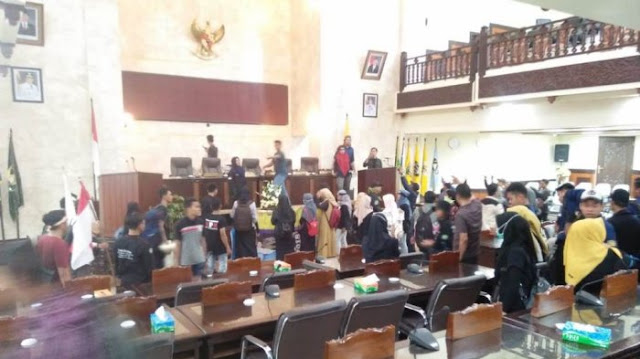 Tuntut Jokowi Turun, Aksi Mahasiswa di Kalsel Berujung Anarkis