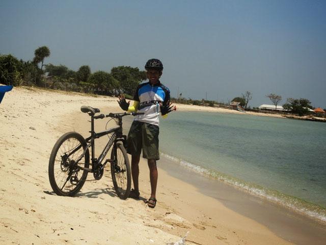 Berfoto dengan sepeda di Pantai Blebak Jepara_