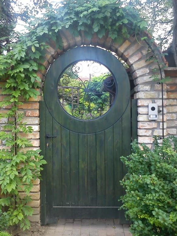 Zsákos Bilbó és Frodó Megyében, Középföldén található hobbit-üregére, Zsáklakra és bejáratára emlékeztető díszes, zöldre festett kapu futónövénnyel.