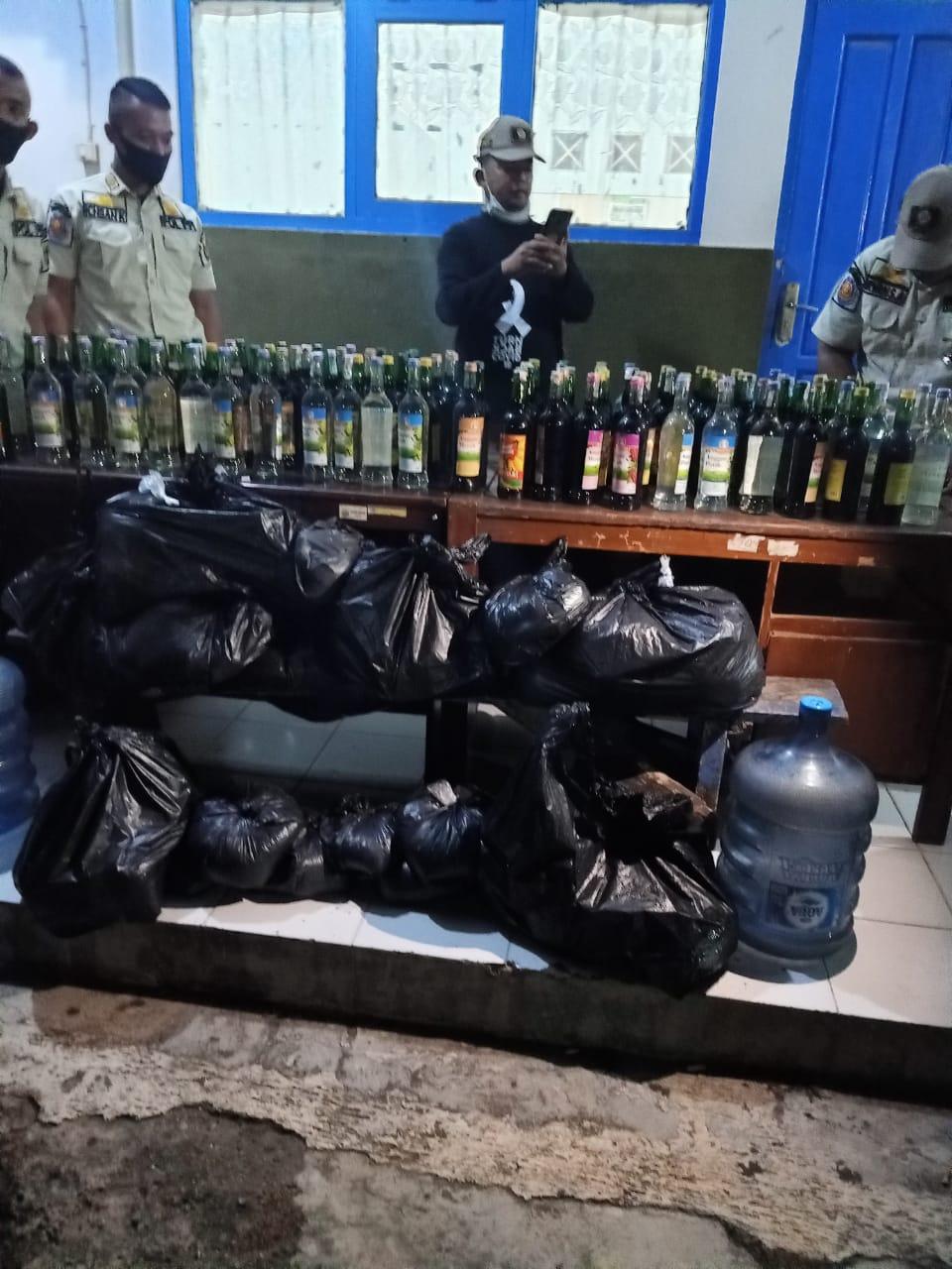 Satpoll PP Cianjur Razia Ratusan Botol Miras dan Obat Keras Tanpa Resep Dokter