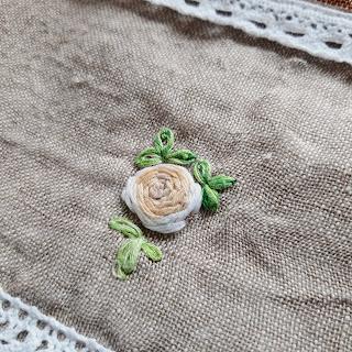 Fleur brodée. Rose blanche .