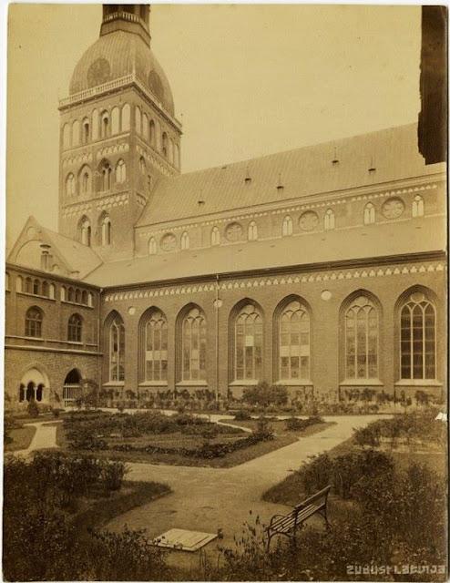 1890-е годы. Рига. В саду возле Домского собора