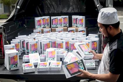 Aksi Ustad Bagi-bagi 100 Tablet Android untuk Pelajar Kurang Mampu