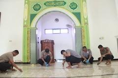 Peduli Kesehatan, Polres Batang Bersih-Bersih Masjid