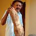 Agricultor conhecido por plantações gigantes colhe mandioca de 14 kg e 80 cm