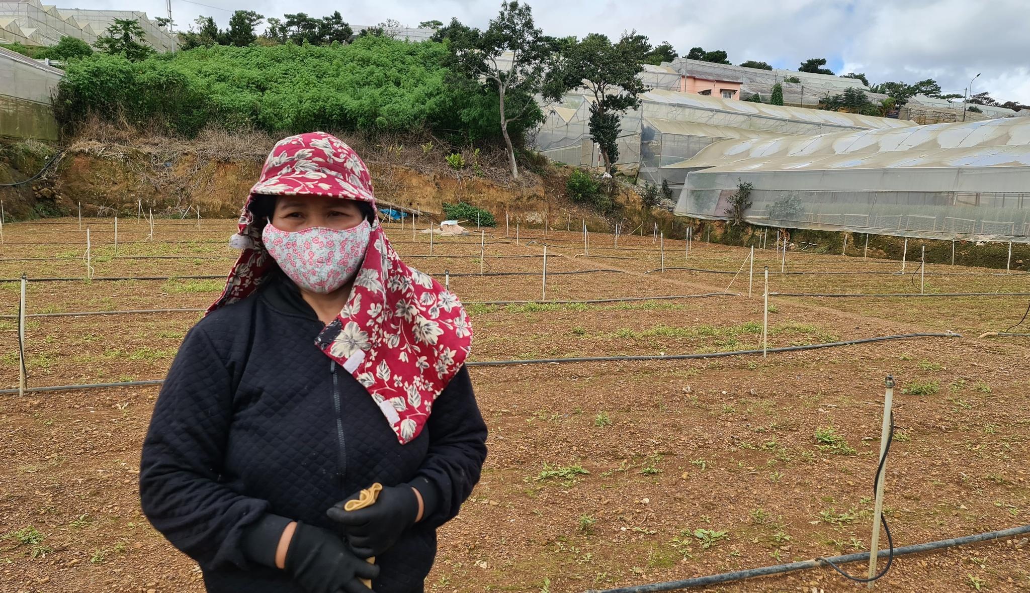 Bà Thu bên thửa đất bỏ trống suốt 2 tháng qua. Ảnh: Lâm Viên