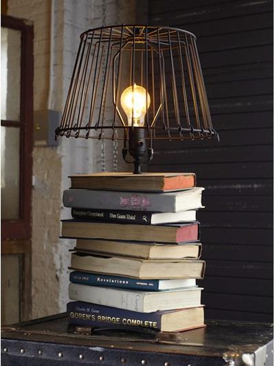 Lampu meja terbuat dari setumpuk buku bekas.