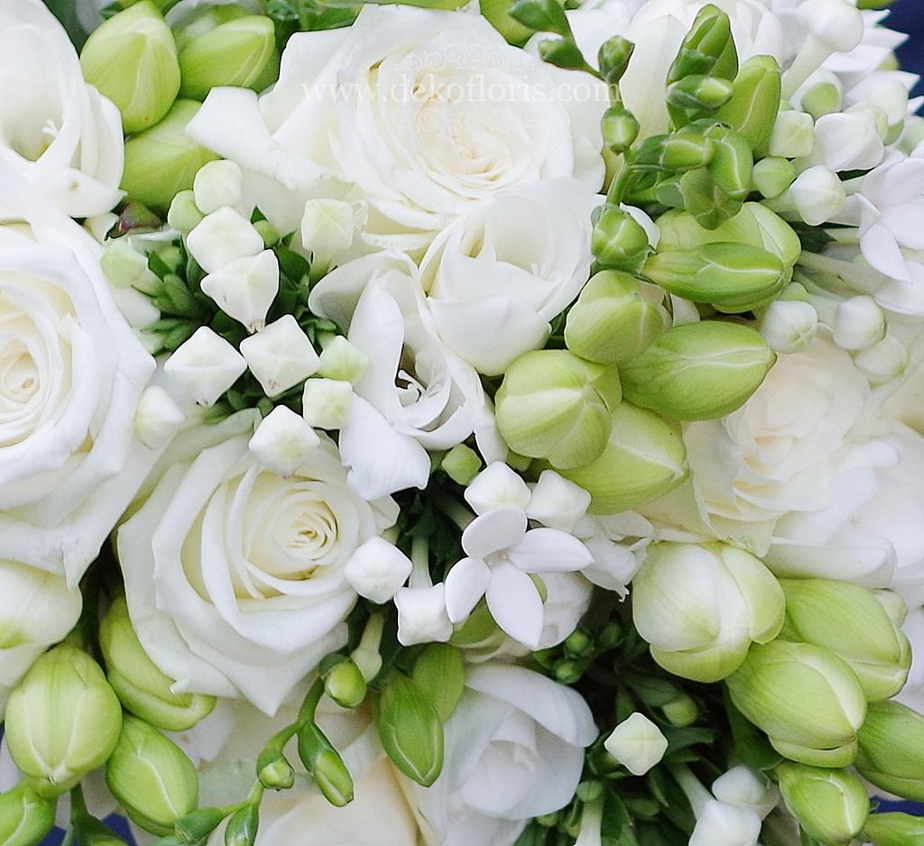 Biały bukiet ślubny Pani Dominiki został wykonany z białych róż i frezjii z dodatkiem delikatnej bouwardii i pachnącego eukaliptusa. Podobny, nieco mniejszy bukiecik wykonaliśmy dla druhny.