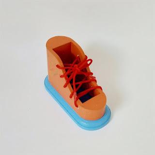 Menali Sepatu APE