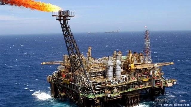 Petrobras arremata por 69,9 bilhões de reais duas das quatro áreas oferecidas, e o restante fica sem oferta. Governo esperava receber 106,5 bilhões de reais. Nenhuma grande petroleira estrangeira participou do certame.