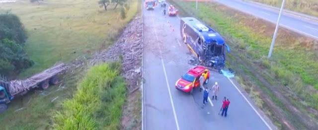Ônibus de Cristalina colide com caminhão