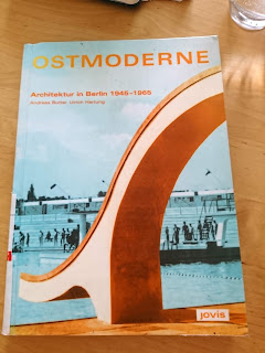 """Buchcover """"Ostmoderne"""" mit Rutsche des Freibads Pankow."""