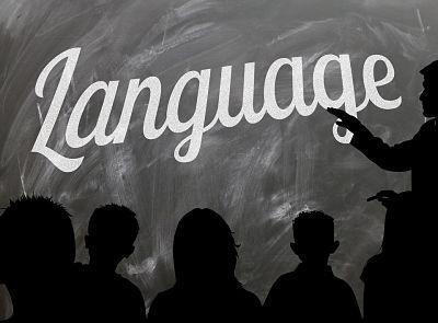 Aprender idiomas. Pizarra con la palabra language y profesor señalando. Se observan las siluetas de los niños estudiantes.