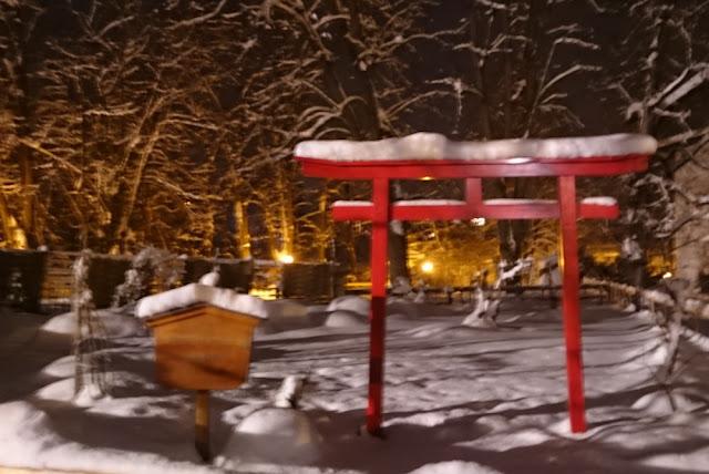 Abendspaziergang in Kitzbühel - Park mit japanischem Schrein