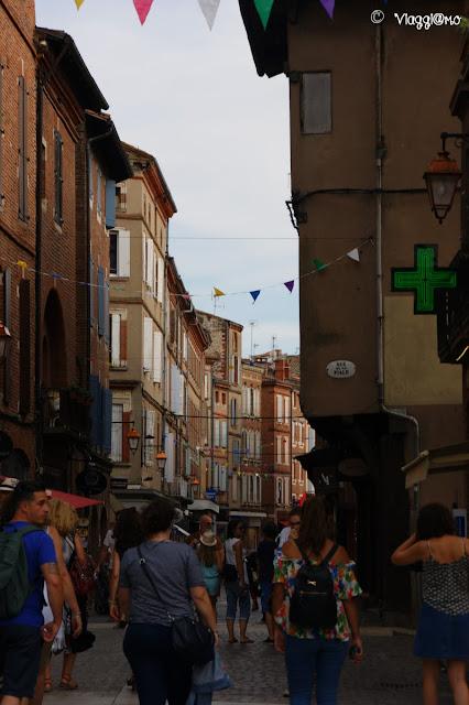 Una via affollata nel centro della città vecchia di Albi