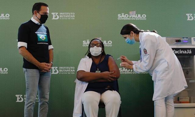A primeira pessoa a ser vacinada no Brasil, garantindo 50,38% de eficácia contra a Covid-19
