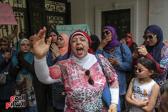 استمرار التظاهرات أمام وزارة التربية والتعليم واستدعاء الشرطة لفض التظاهرات