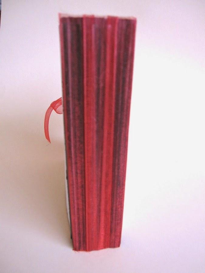 resultado final del tutorial LOVE mini-álbum scrapbook, vista del lomo forrado de cinta de gasa roja