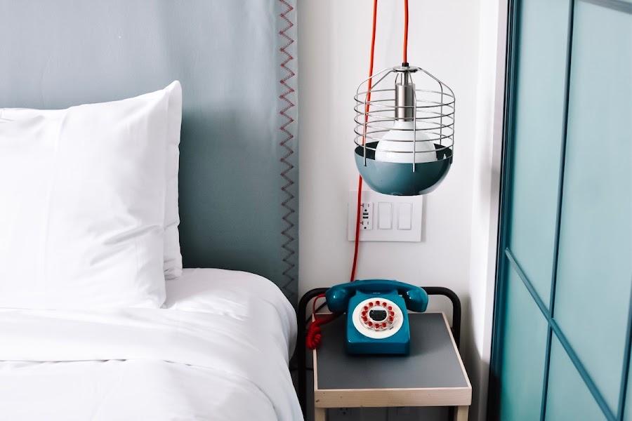 Dormitorio con cabecero forrado en tela