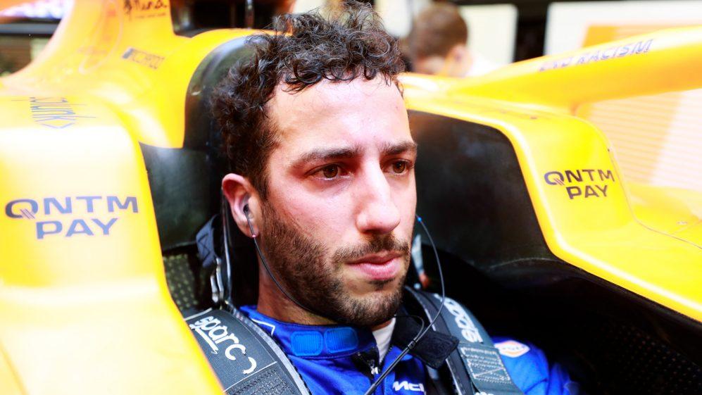 """""""Estas são as minhas ruas"""", declarou Daniel Ricciardo com um design de capacete especial da McLaren para o Grande Prêmio de Mônaco . Mas no final ele teve um fim de semana complicado no Principado, voltando para casa em um decepcionante 12º lugar e, antes da rodada deste fim de semana no Azerbaijão, o australiano revelou seus esforços para se recuperar.  Ricciardo, que venceu a corrida de Mônaco de 2018, foi até ultrapassado pelo companheiro de equipe Lando Norris no caminho para o que ele chamou de um P12 """"miserável"""" . Vencedor em Baku em 2017, Ricciardo disse antes do GP do Azerbaijão neste fim de semana que está fazendo de tudo para evitar uma repetição do resultado do fim de semana passado com horas de enxerto no simulador da McLaren.  LEIA MAIS: Zak Brown, chefe da McLaren, vai correr em Zandvoort na série GT4  """"Mônaco não foi meu fim de semana, mas estou tentando me recuperar. Tem sido importante reservar um tempo para redefinir e reorientar antes de ir para Baku """", disse ele. """"A equipe e eu temos trabalhado muito no sim para entender, analisar e apontar as principais áreas que precisamos melhorar. Sabemos que o carro tem um bom potencial, só precisamos juntar todas as peças para desbloqueá-lo. """""""