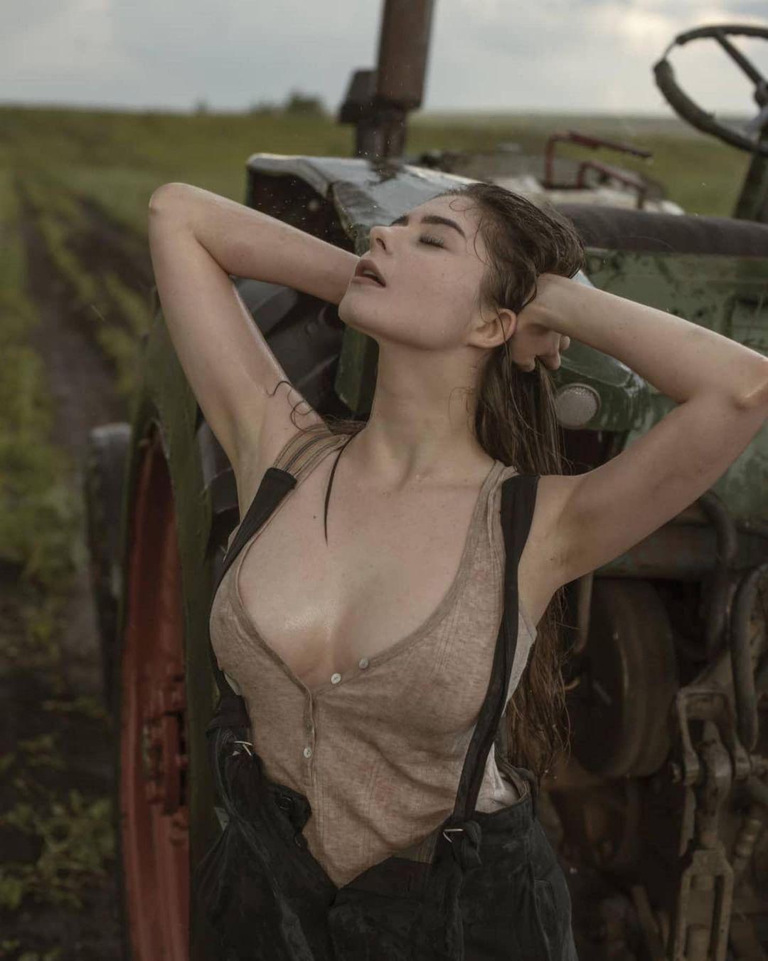 러시아 처자 트랙터 화보 - 움짤코리아
