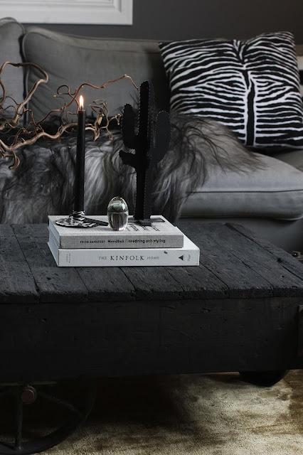 annelies design, webbutik, nätbutik, webbutiker, inredning, inspiration, vardagsrum, vardagsrummet, kaktus, kaktusar, manet, maneter, ljusstake, ljusstakar, ebra, svartvit, svartvita, svart och vitt, svartvit inredning, fårskinn,