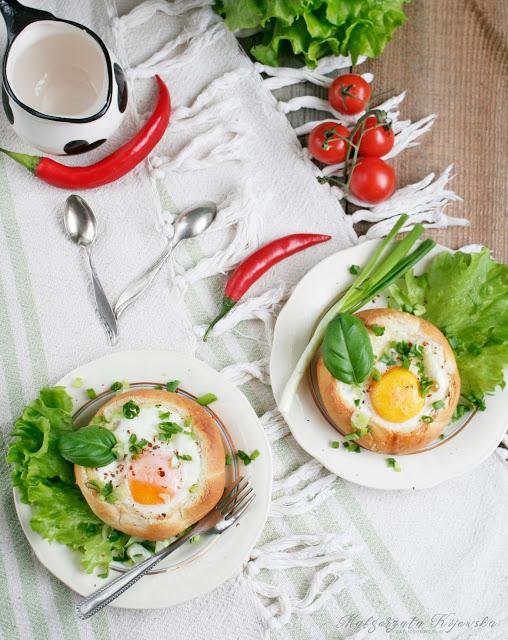 przepis na zapiekane bułki, śniadanie na ciepło, przepisy z jajkiem, dania z jajek