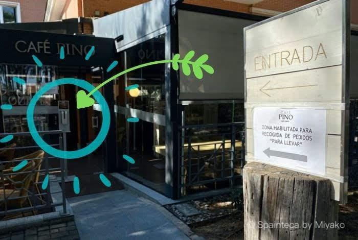 コロナ対策で店舗入口にアルコール消毒液のあるマドリードのカフェ