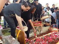 AIasan Indra Lesmana Menguburkan Ibunda Satu Liang Lahat dengan Sang Ayah