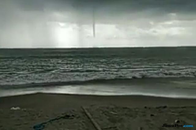 Fenomena Tornado Laut Bikin Geger Warga Pariaman