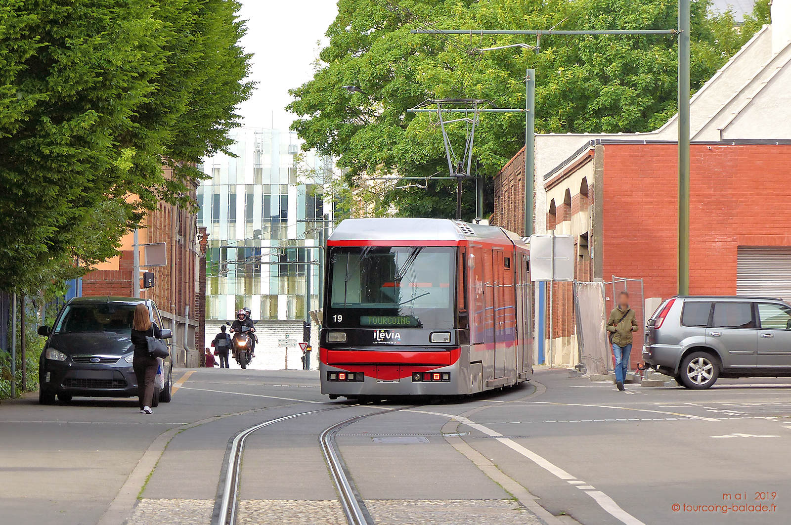 Rue Chanzy, Tourcoing - Tram, voitures, 2 roues, piétons.