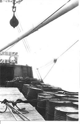 """El barco """"Río Sarela"""" cargado de barriles de gasolina (Foto de Internet)"""