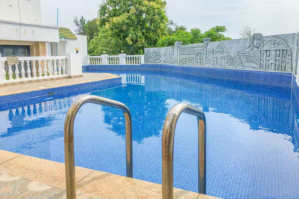 beach house with swimming pool in ecr