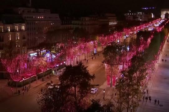 Đèn Giáng sinh bừng sáng dọc đại lộ mua sắm ở Paris