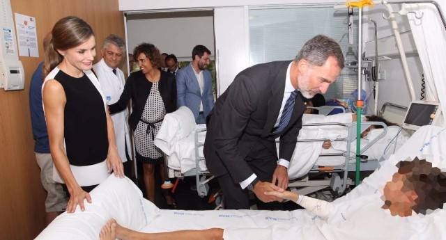 Reyes visitan heridos