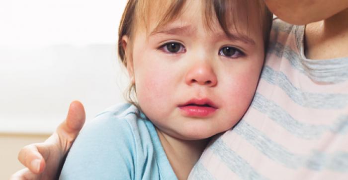Bé 1 tuổi hay nhõng nhẽo hơn khi mẹ có em bé?