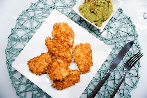 Hühnernuggets in Cornflakesparnier mit Avocado-Dip