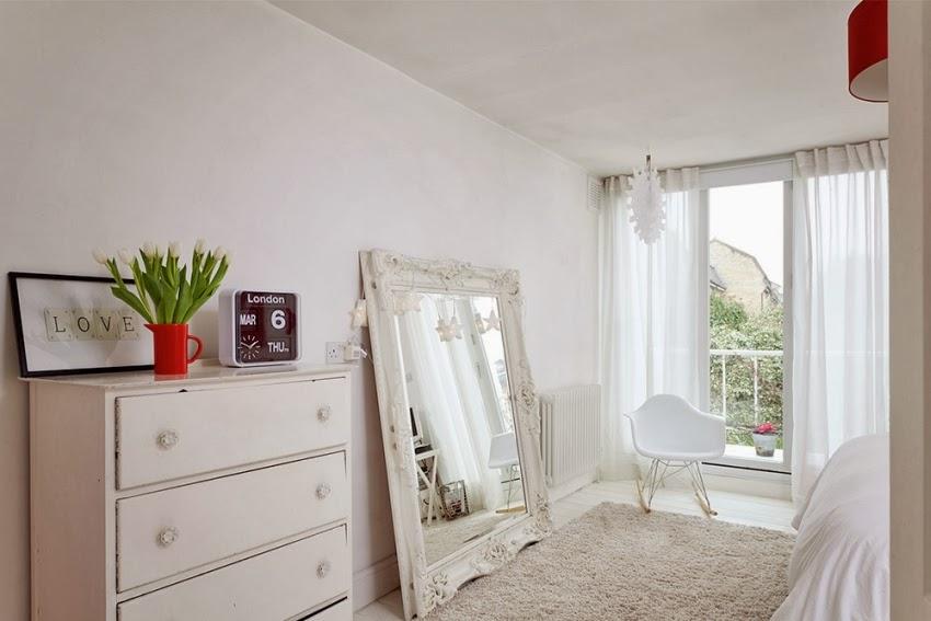 Wesołe mieszkanie w stylu skandynawskim, wystrój wnętrz, wnętrza, urządzanie domu, dekoracje wnętrz, aranżacja wnętrz, inspiracje wnętrz,interior design , dom i wnętrze, aranżacja mieszkania, modne wnętrza, styl skandynawski, scandinavian style, styl nowoczesny, czerwone dodatki, sypialnia, białe wnętrza