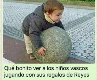 Niño Vasco con regalo piedra forma de pelota